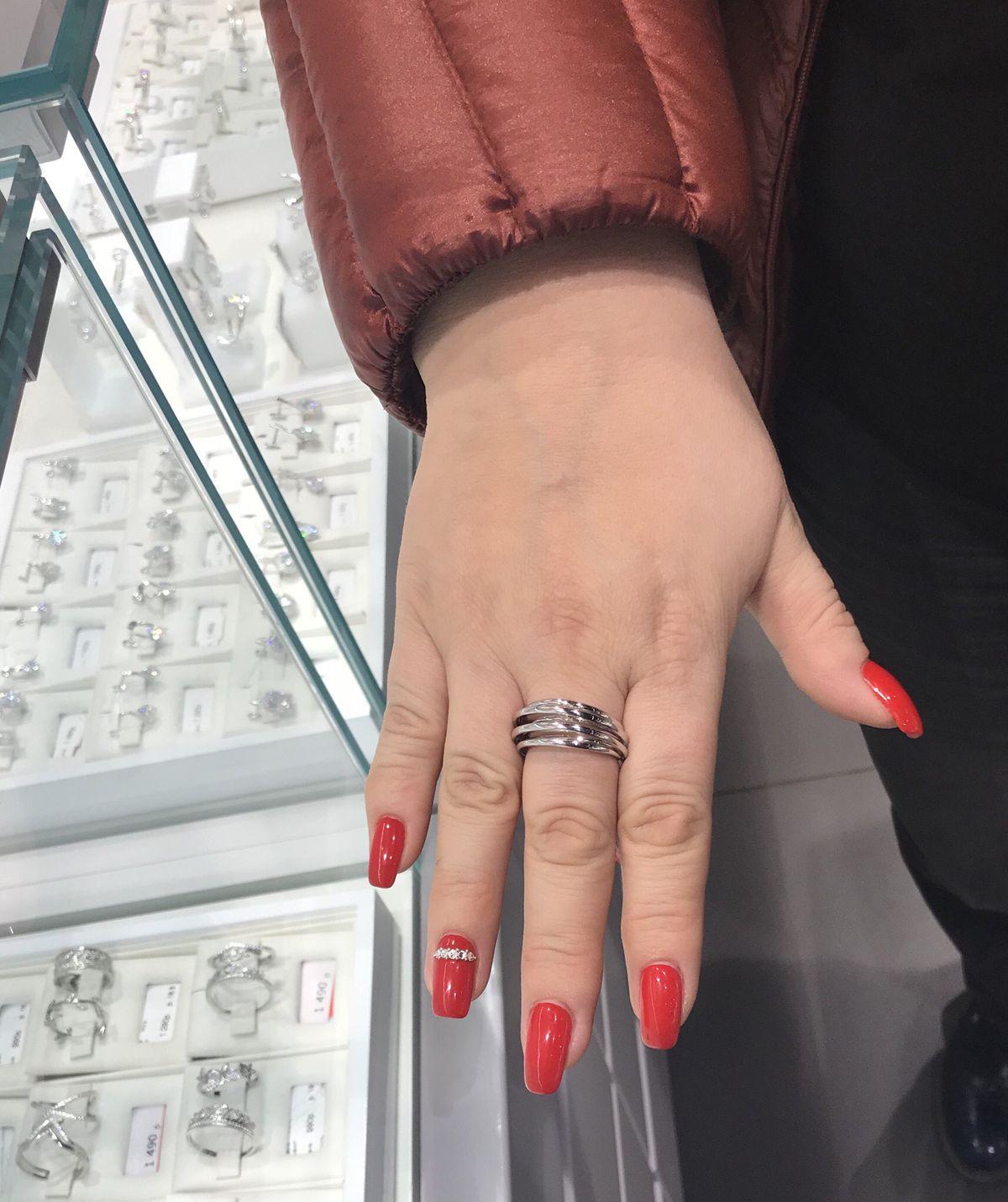 Кольцо с современным дизайном.