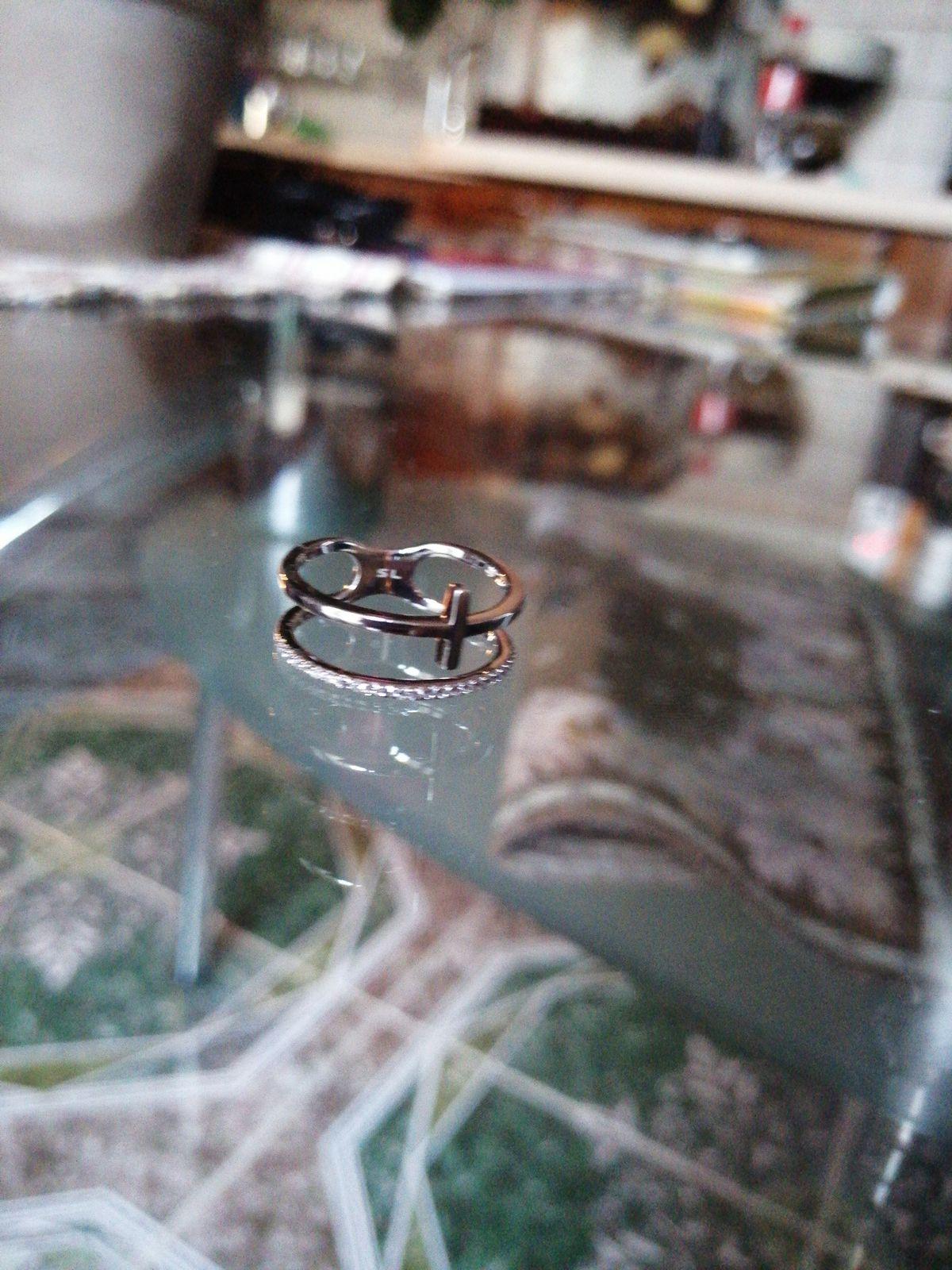 Серебряное кольцо с крестиком.