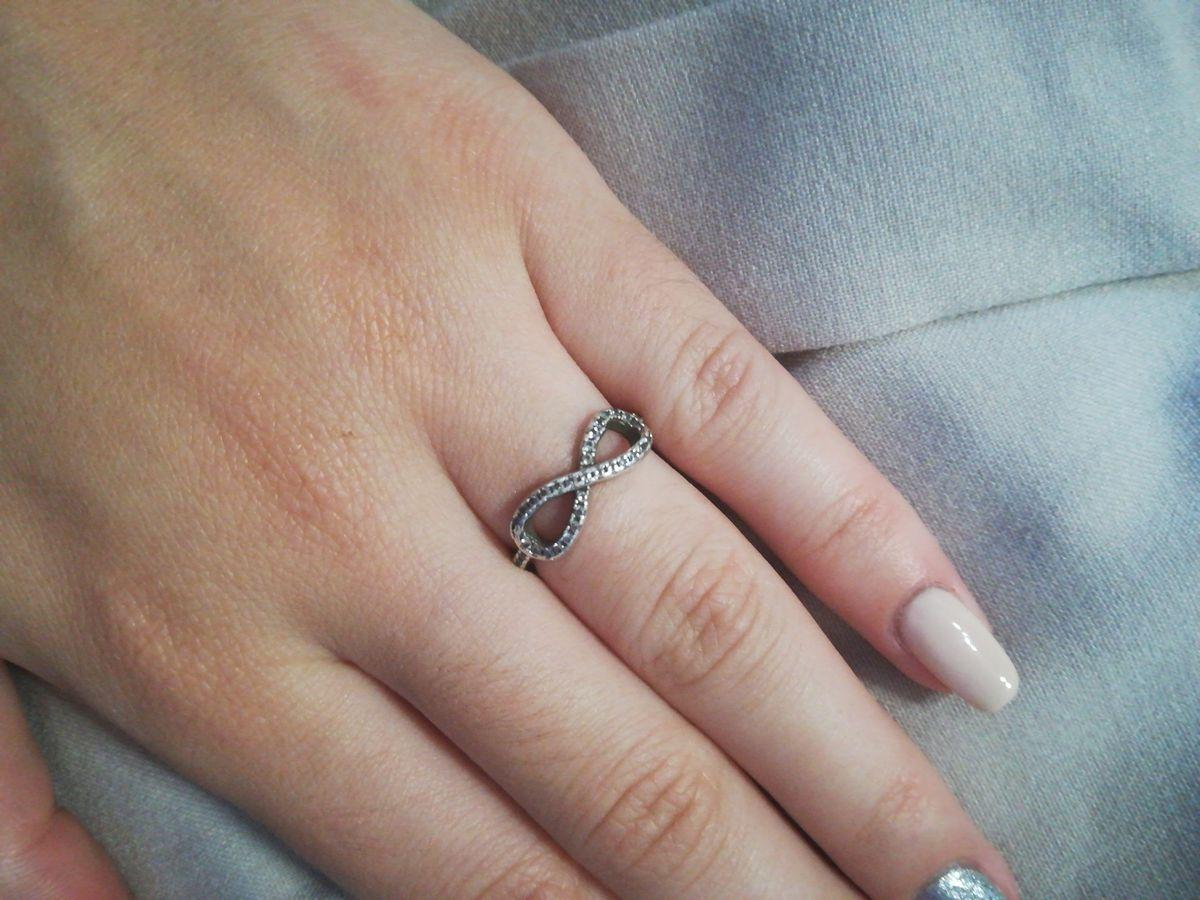 Серебряное кольцо с фианитами в форме.