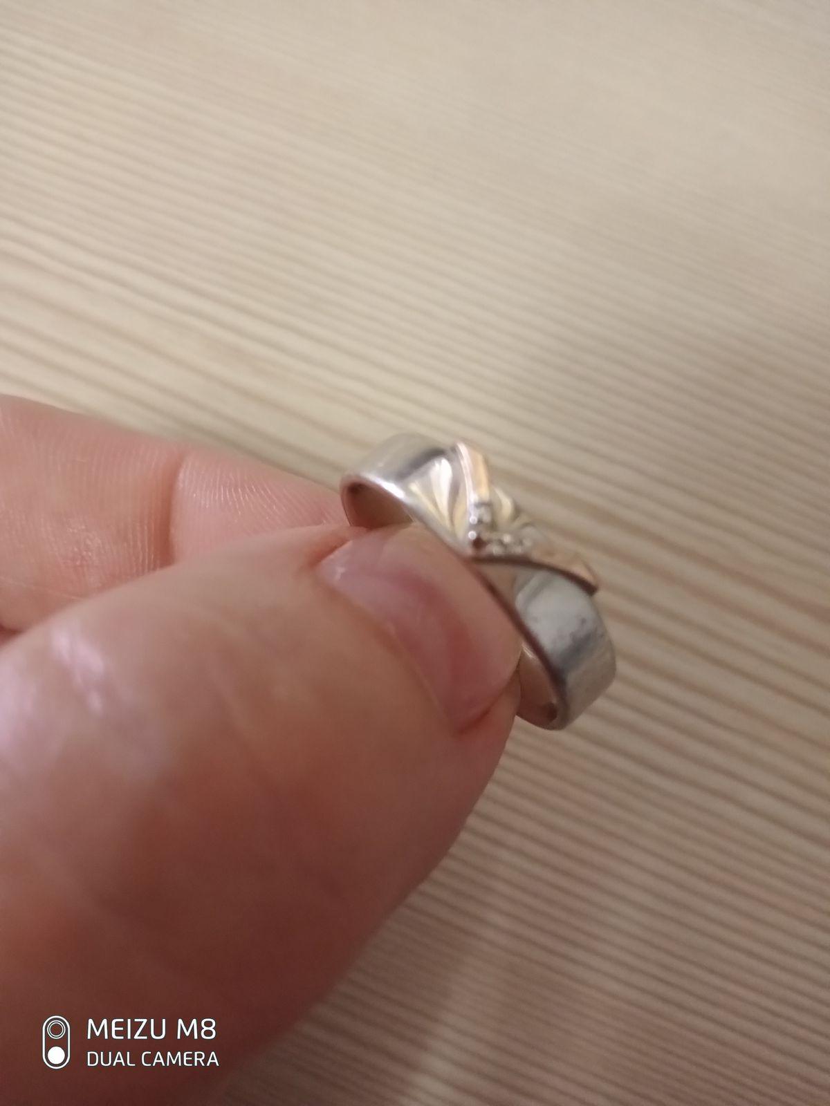 Один камушек вылетел. кольцо не похоже стало на серебро,стерлось покрытие.