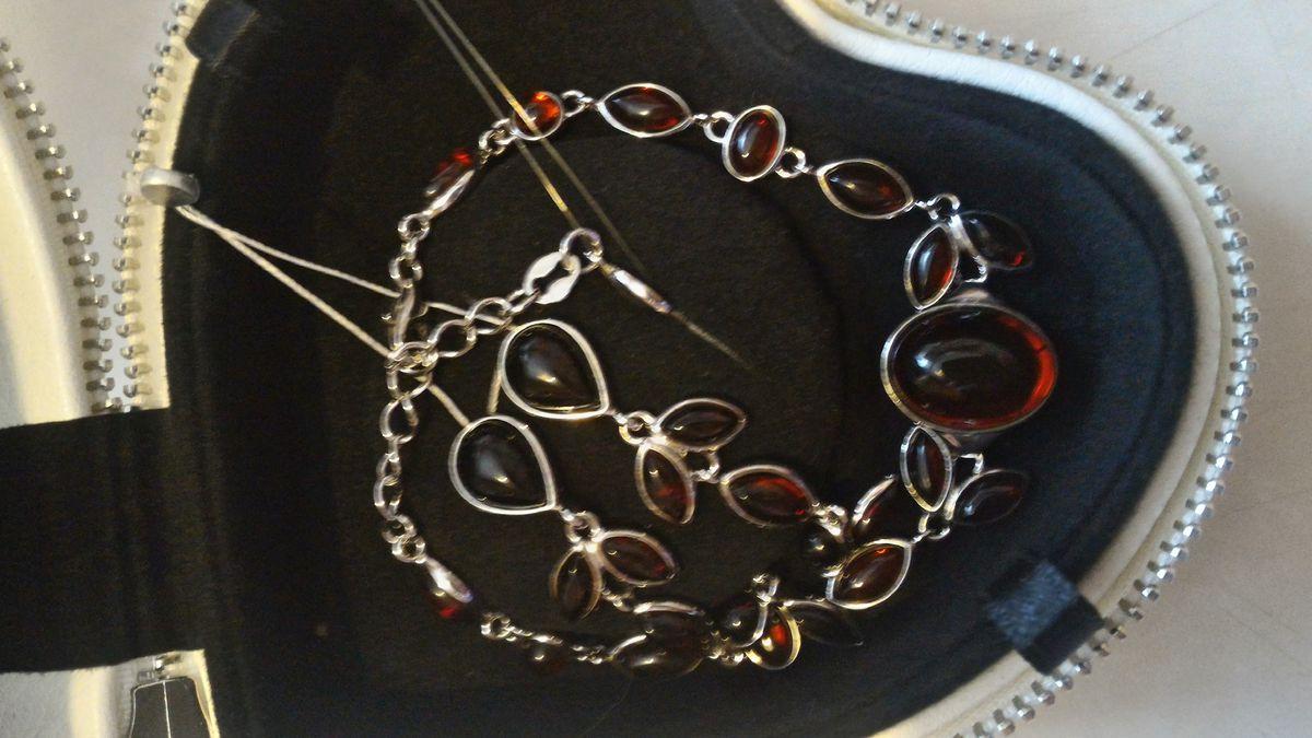 Красивые серьги из серебра с темным янтарем в подарок маме