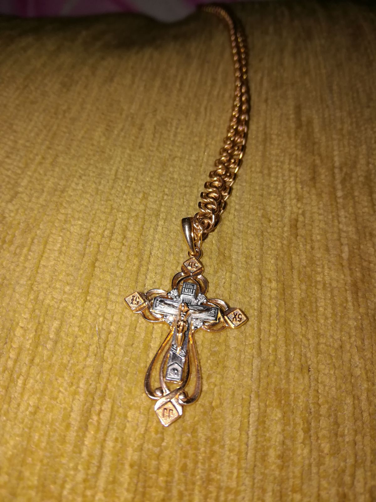 Крестик с бриллиантами.