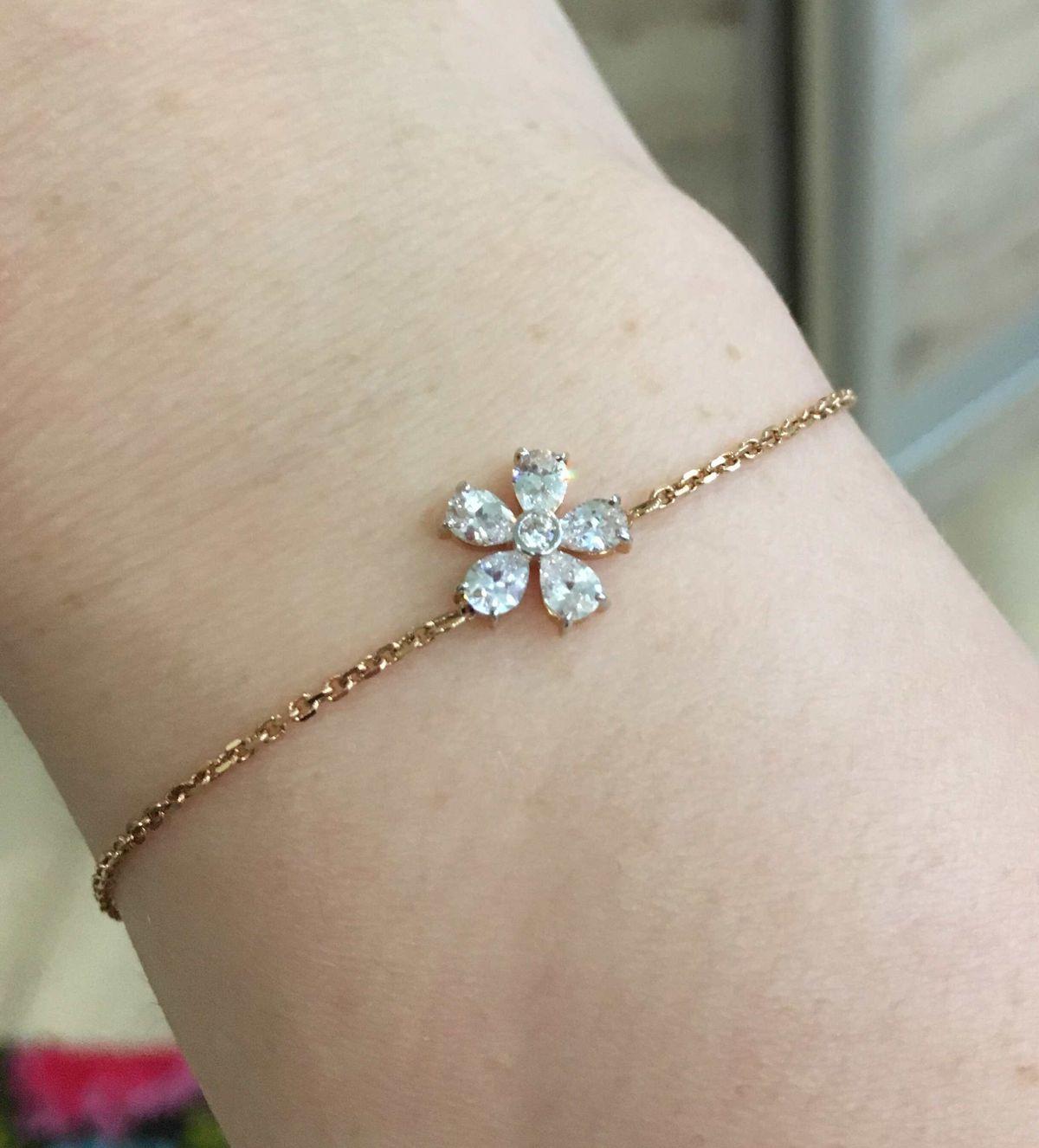 Красивый цветочек на браслете