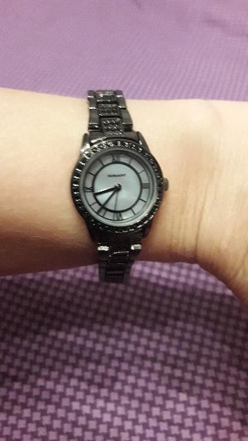 Часы женские с кристаллами на металическом браслете.