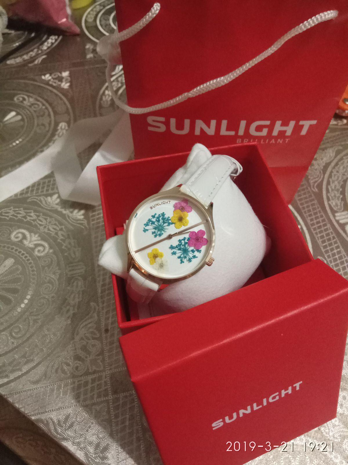 Часы кварцевые с цветами на кожаном белом ремешке