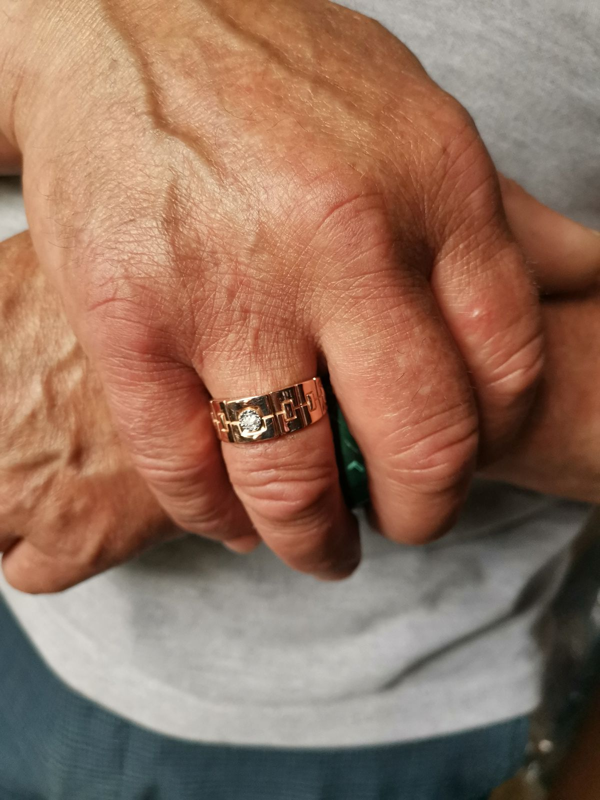 Кольцо с бриллиантом в подарок супругу