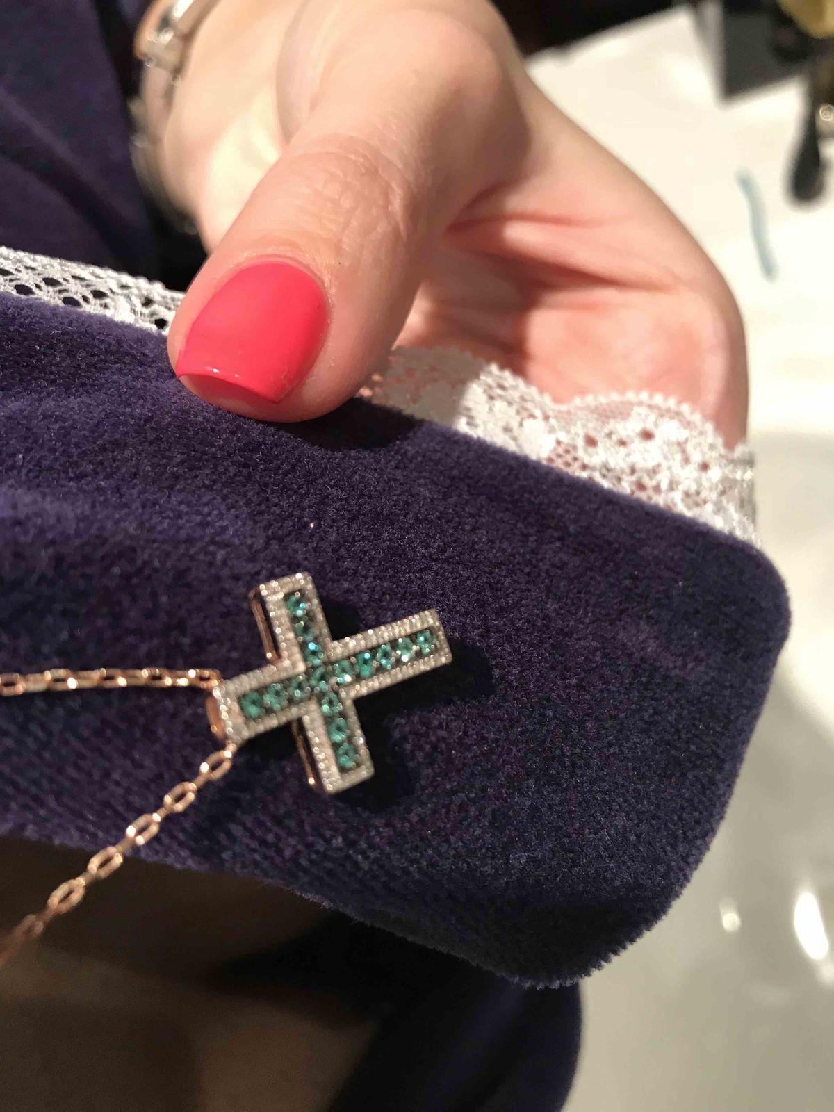 Крестик с изумрудами и бриллиантами