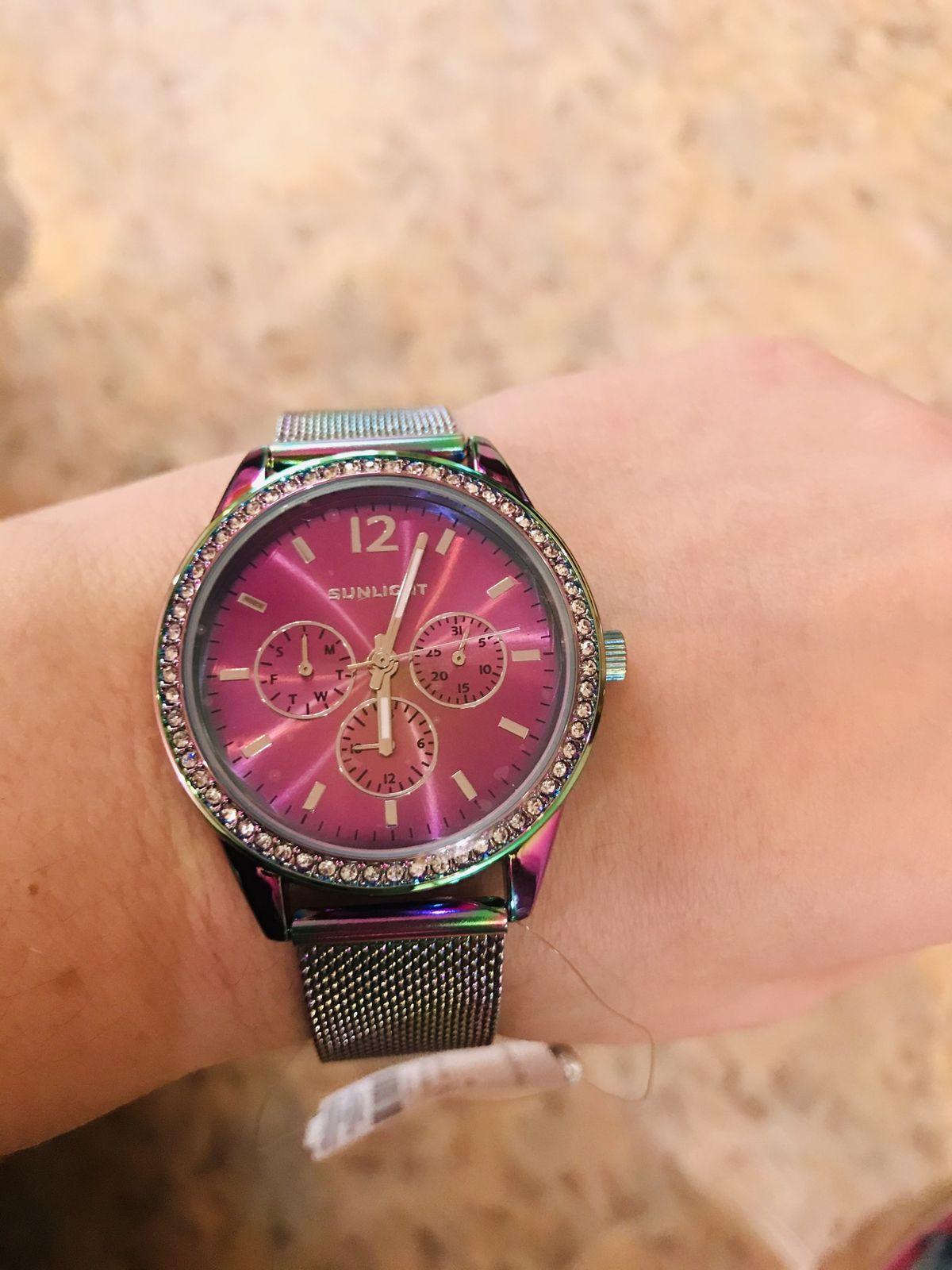 Красивые часы. универсальный цвет. броские. яркие.