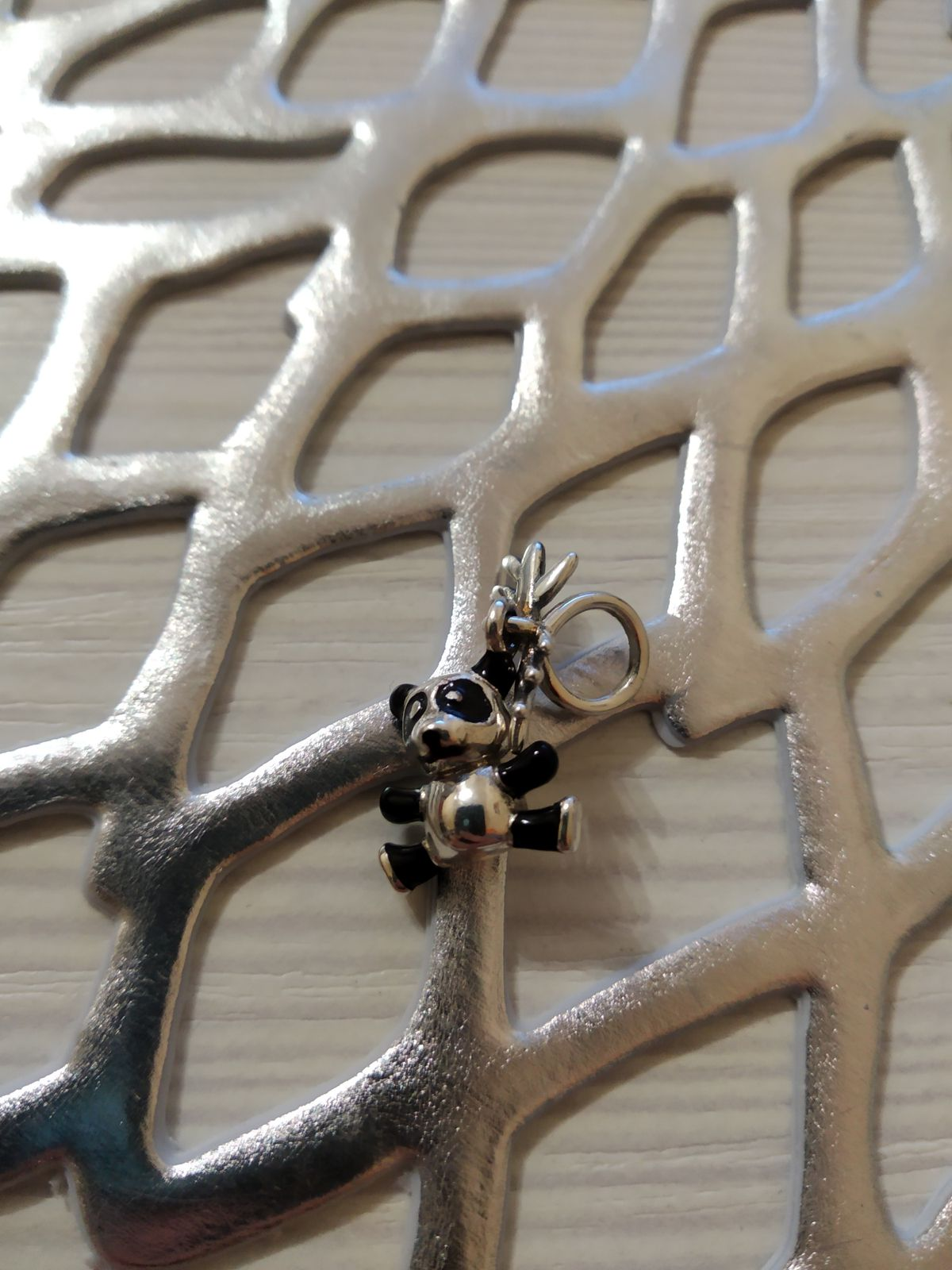 Милая серебряная подвеска для любителей таких украшений.