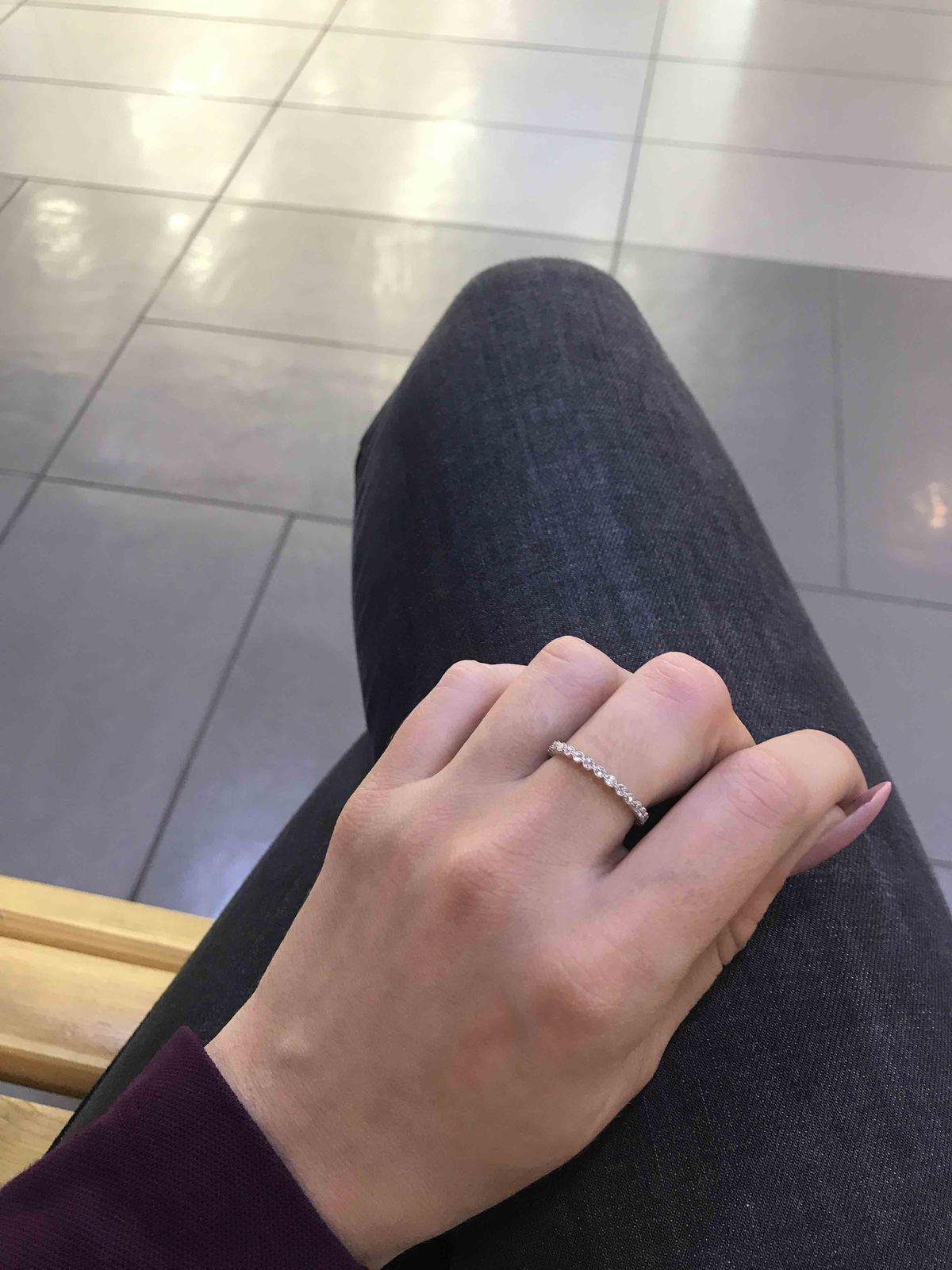 Серебряное кольцо с фианитами подходит для ежедневного стиля)