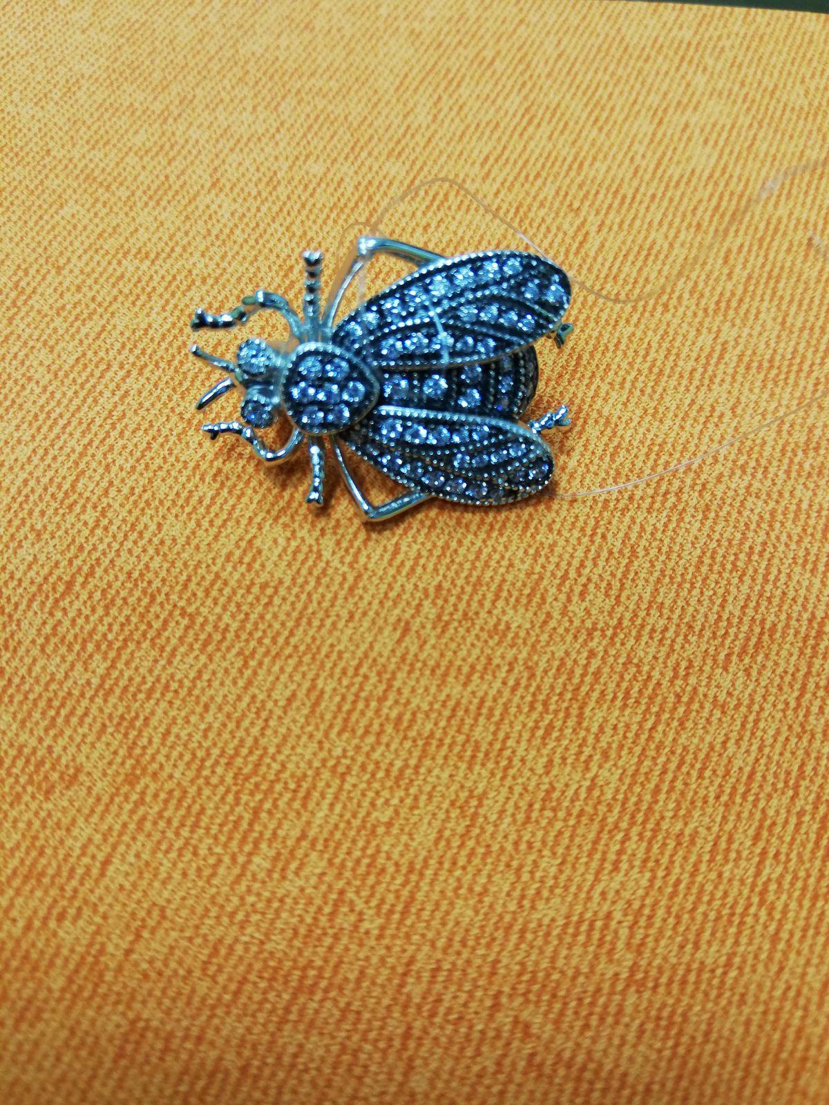 Изящная брошь в виде мухи. Просто красавица.
