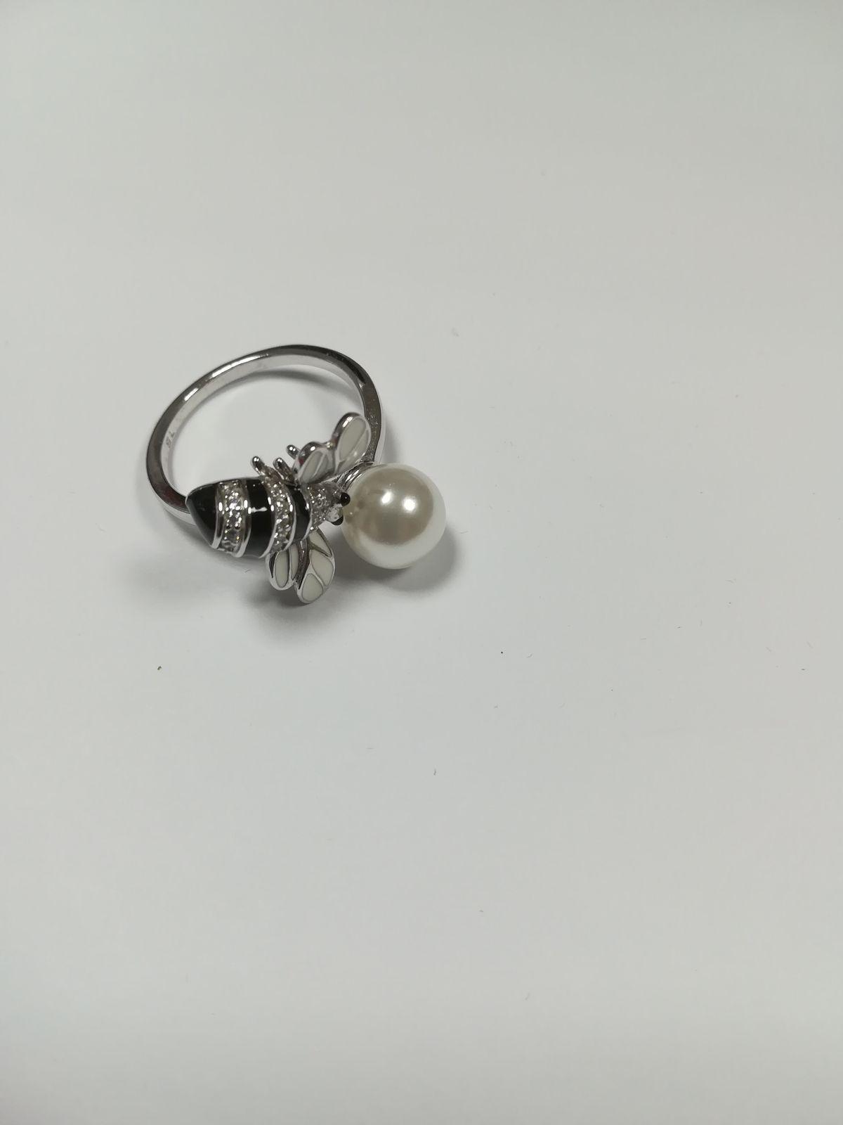 Серебряное кольцо с фианитами, жемчугом и эмалью