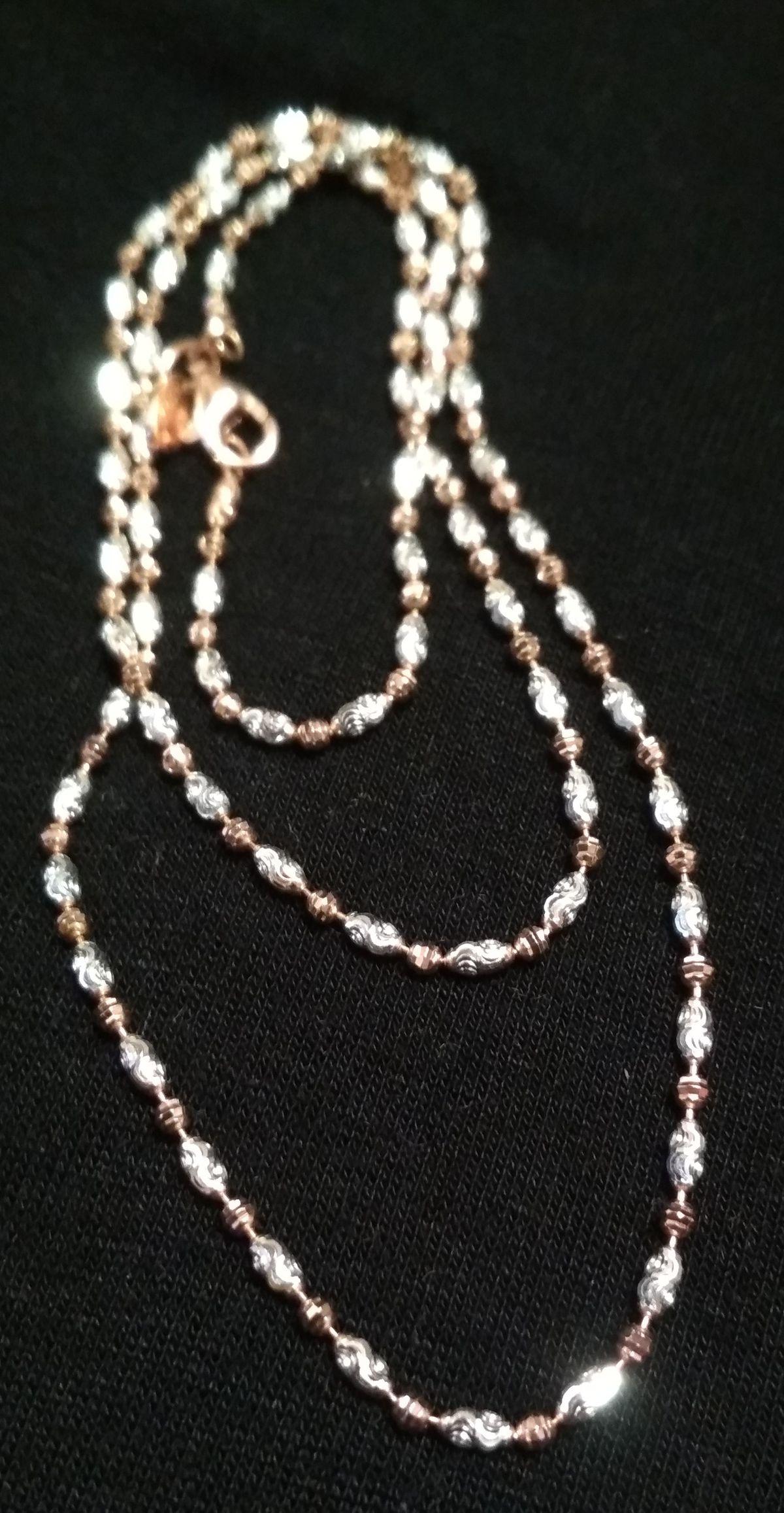 Серебряная цепочка с серебряными и позолоченными бусинками.