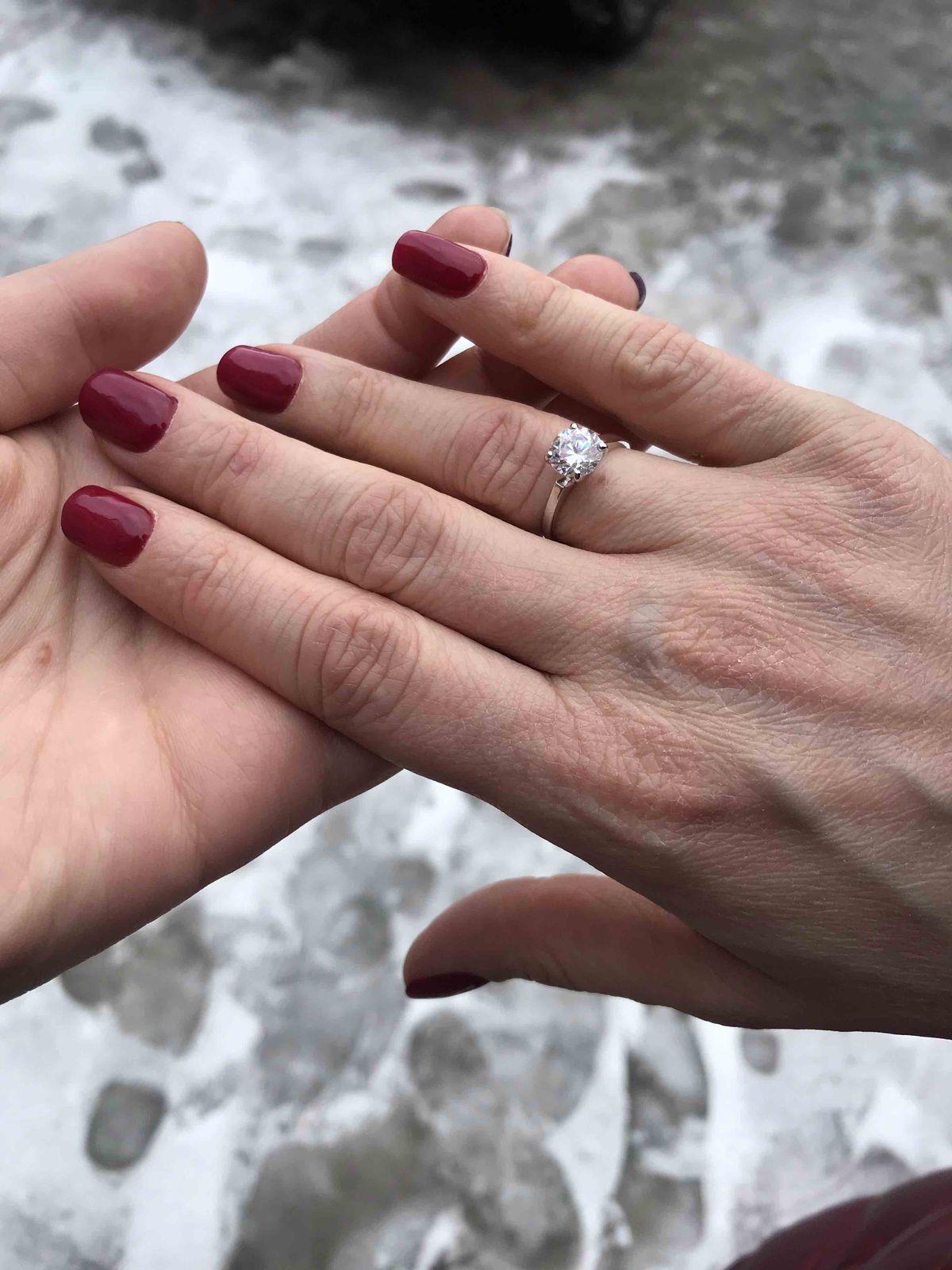 Шикарное кольцо, покупала размер 15,5, село идеально, очень ярко блестит
