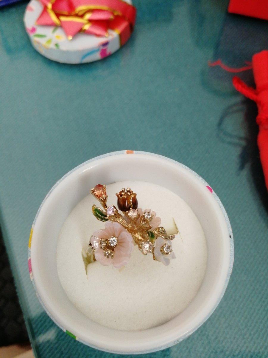 Серебряное кольцо с перламутром, фианитами, эмалью