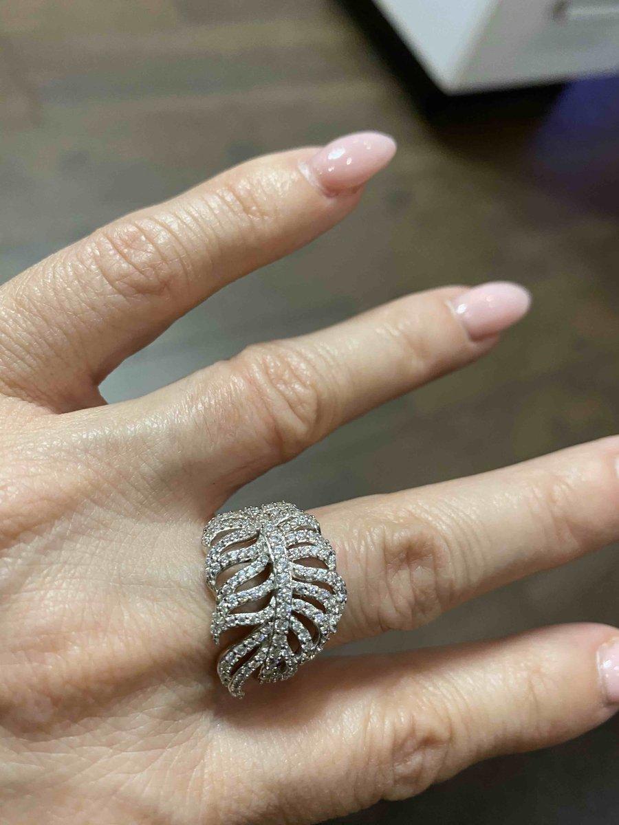 Интересное кольцо в форме птичьего перышка.