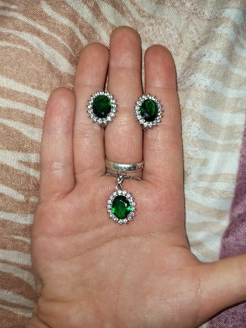 Сережки с зелёными фианитами