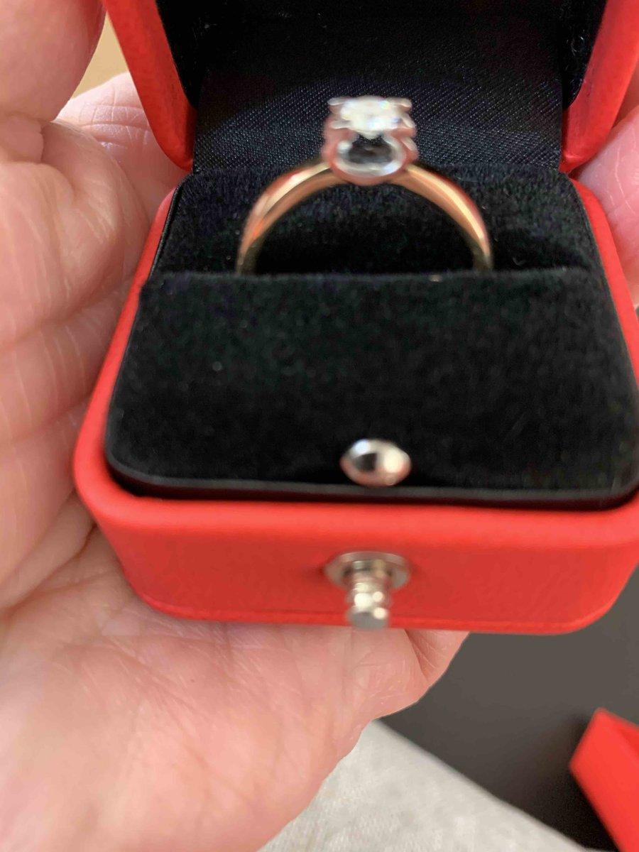 Давно мечтала о классическом кольце с одним бриллиантом.