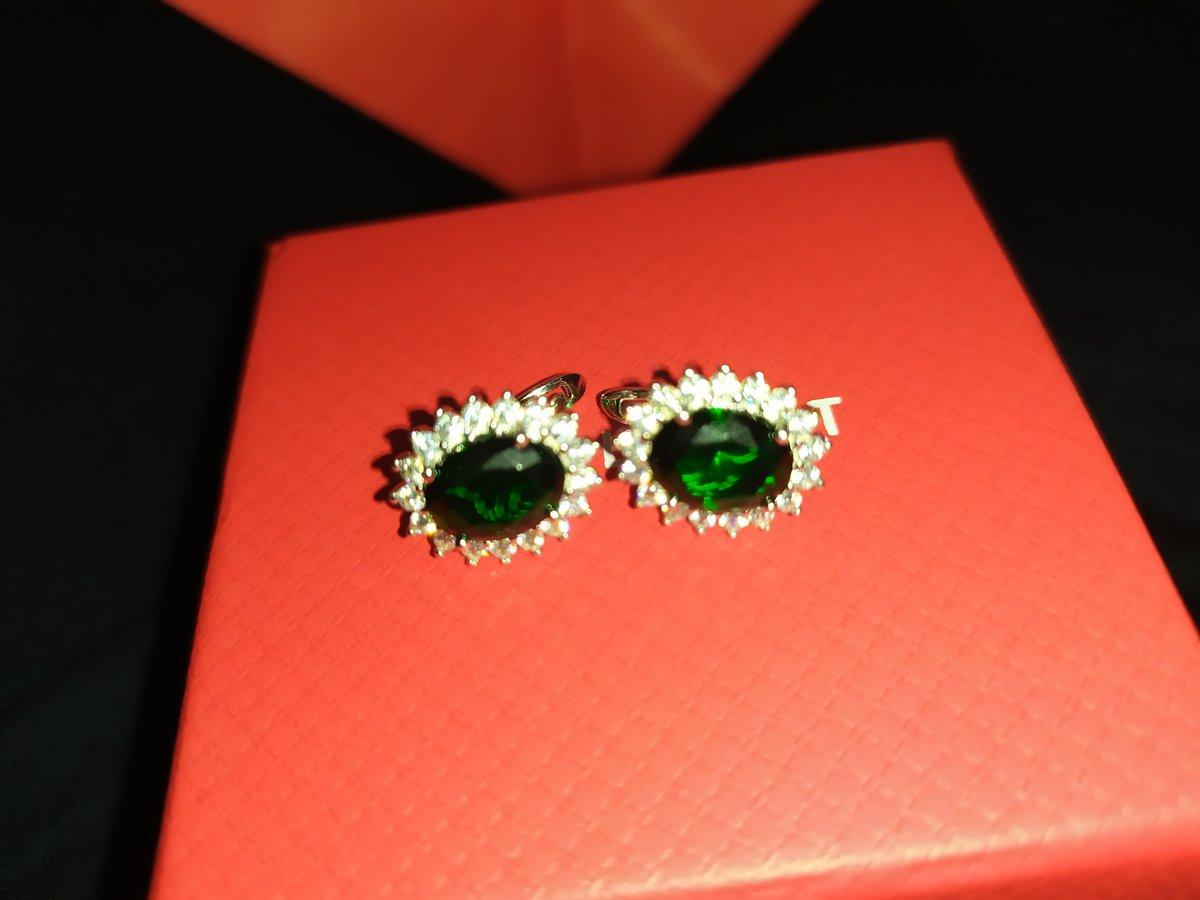 Серёжки с зелеными фианитами