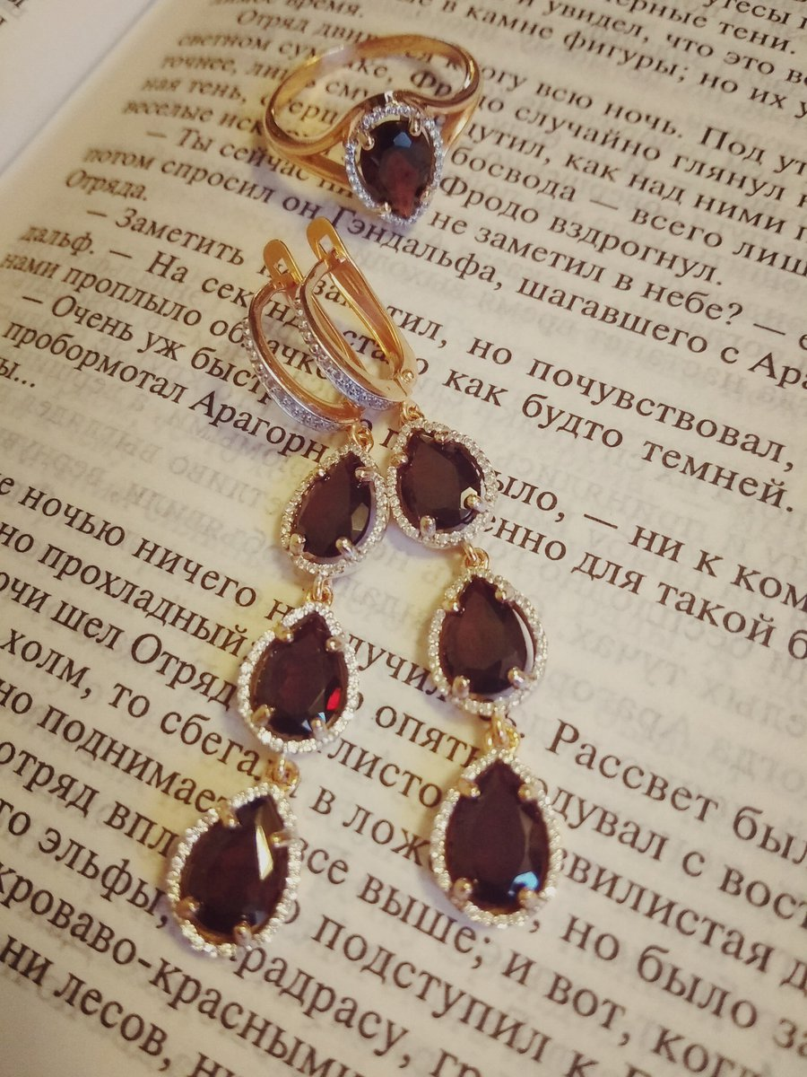 Идеальная пара - кольцо и серьги с кроваво-красным гранатом