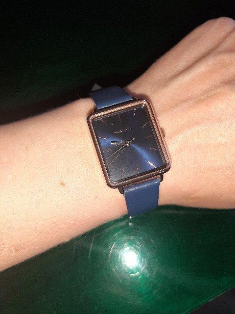 Прекрасные часы! Давно хотела в синем цвете, квадратный циферблат.