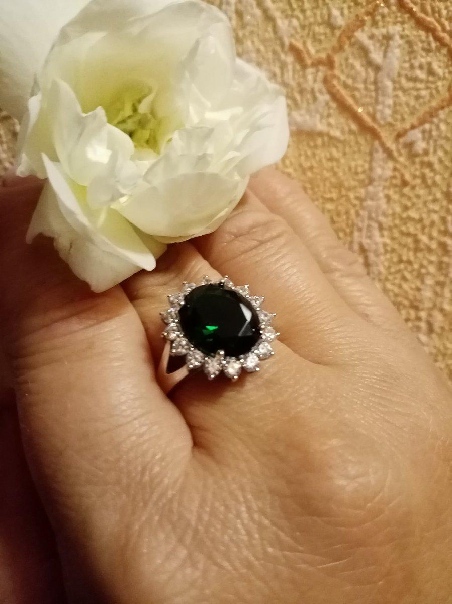 Кольцо зелёный фианит.