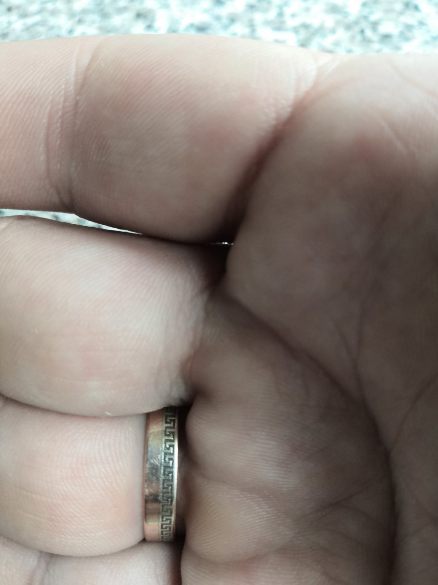 Хорошее обручальное кольцо.