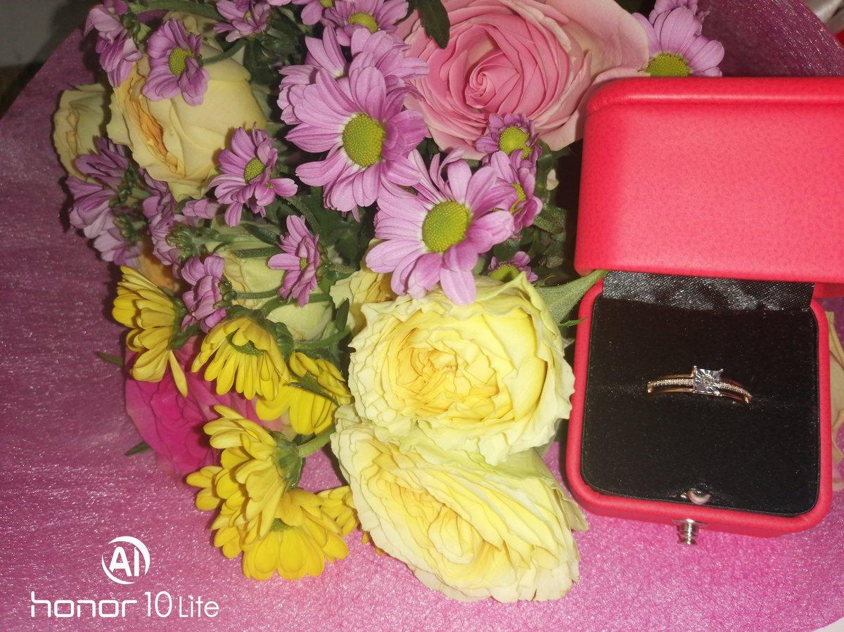 Красивое кольцо, шикарное, вроде скромное... Но с брюликами...