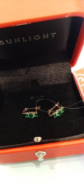 Золотые серьги с зелеными агатами и бриллиантами.