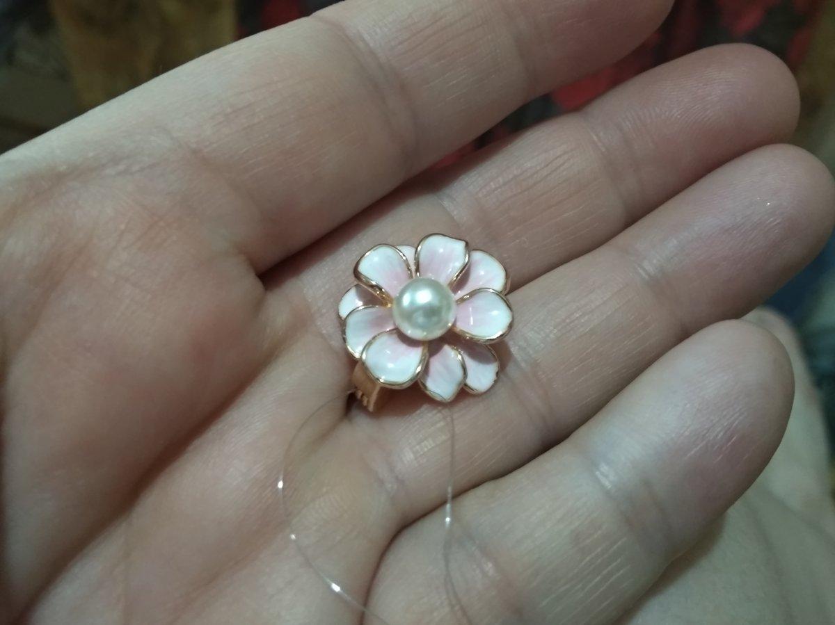 Брошь в виде цветка с жемчужной сердцевиной