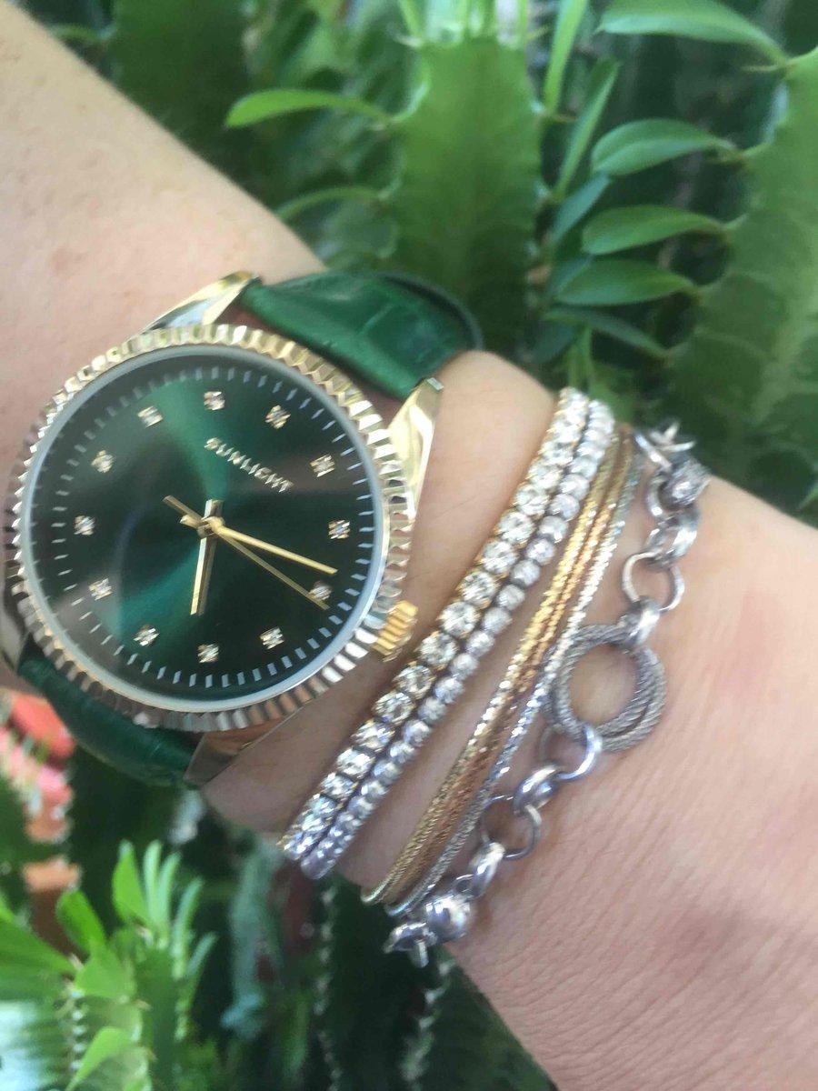 Часы изумрудного цвета.