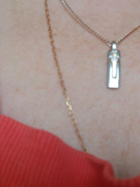 Серебряная подвеска с золотым крестиком.