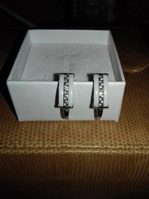 Серьги серебряные с белой керамикой.