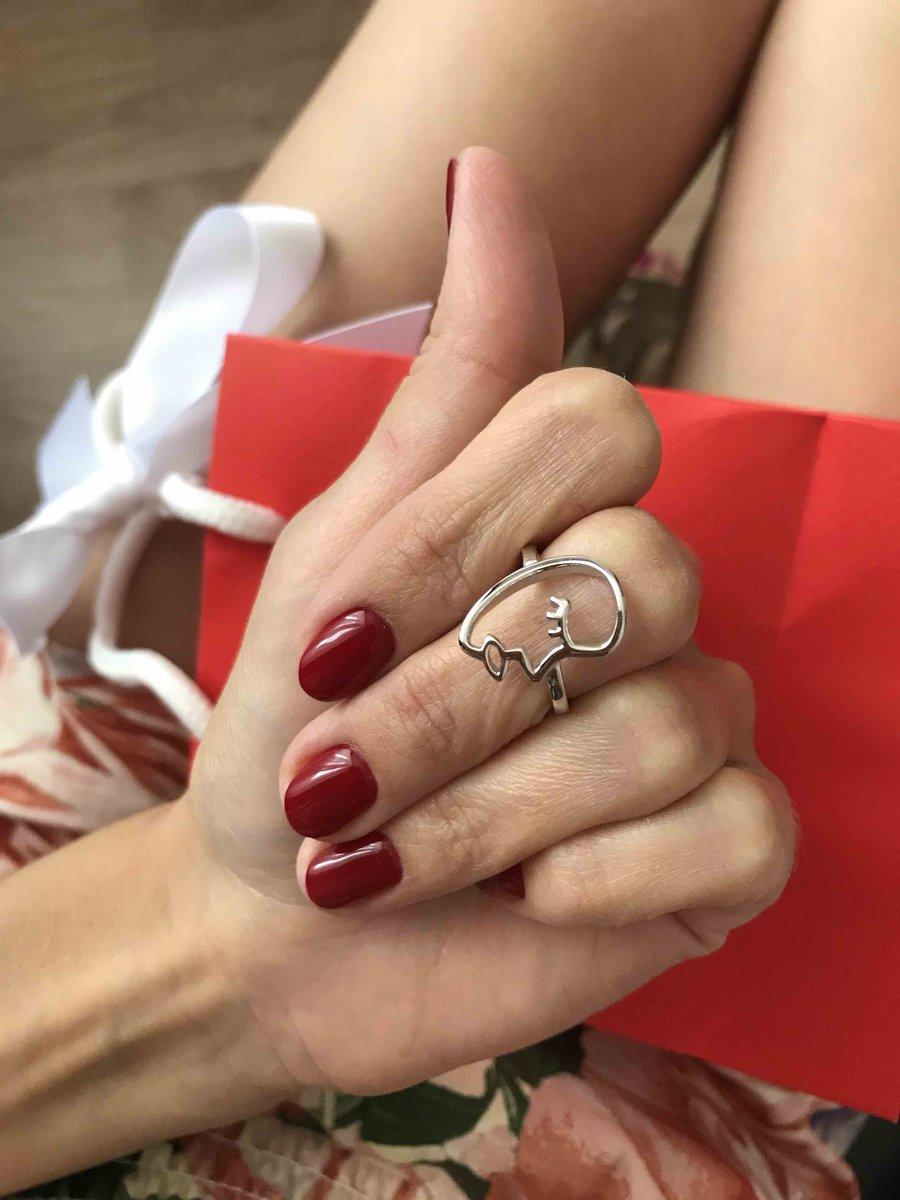 Красивое кольцо. Очень органично смотрится на тонких пальчиках. Невесомое..