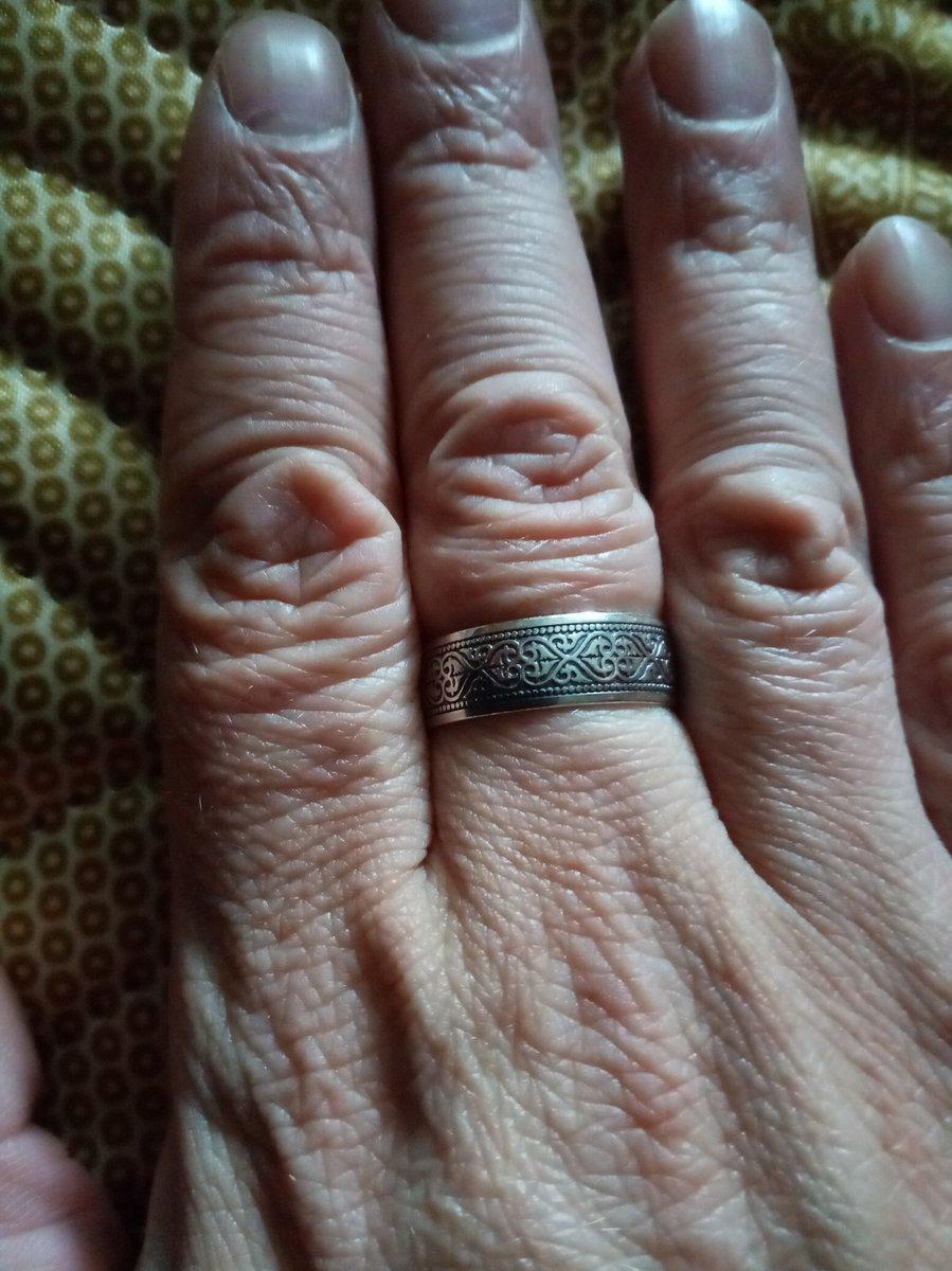 Купил с женой кольцо очень хорошо сделано и массивно выглядит