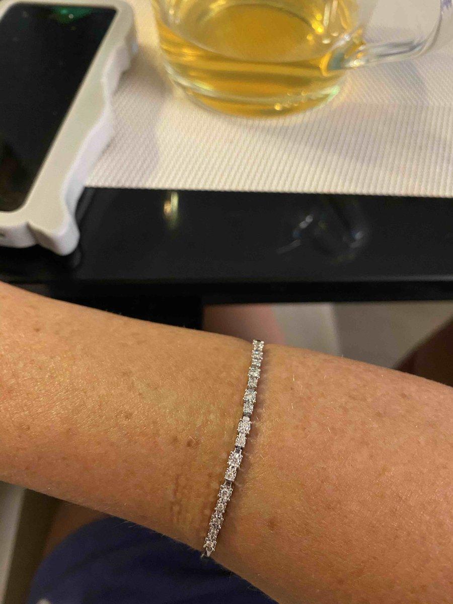 Очень! нежный браслет и бриллианты выглядят намного крупнее,чем заявлено.