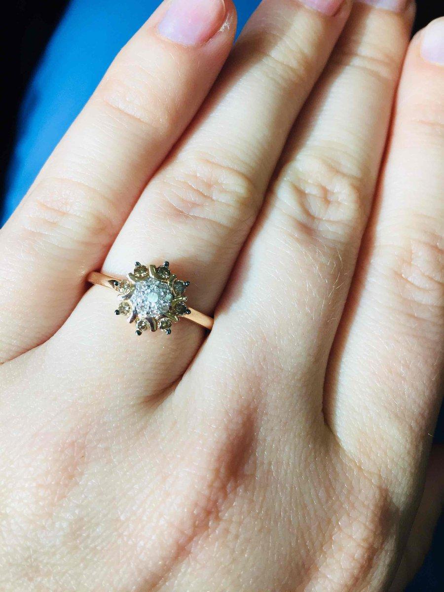 Красивое кольцо с коньячными бриллиантами