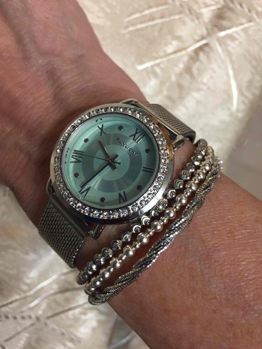 Часы 👌🏻не смотря на цветной цыферблат