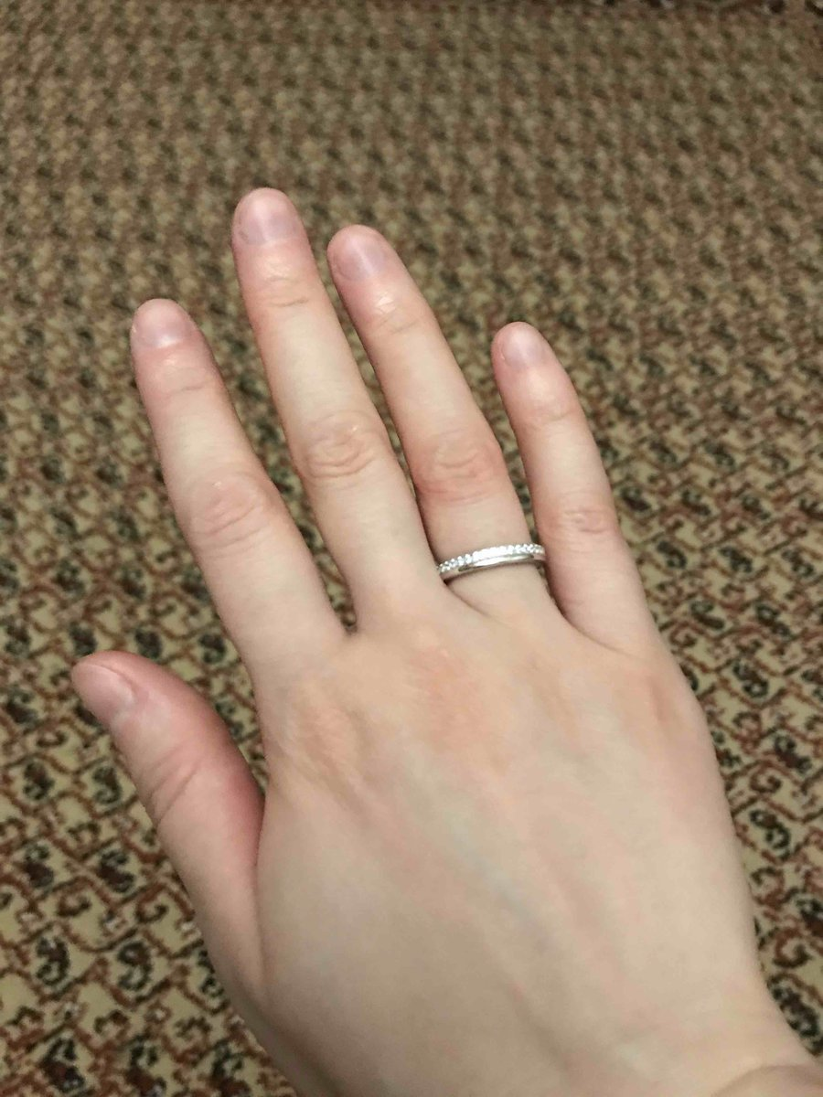 Кольцо красивое с фианитом.смотрится очень  изящно.