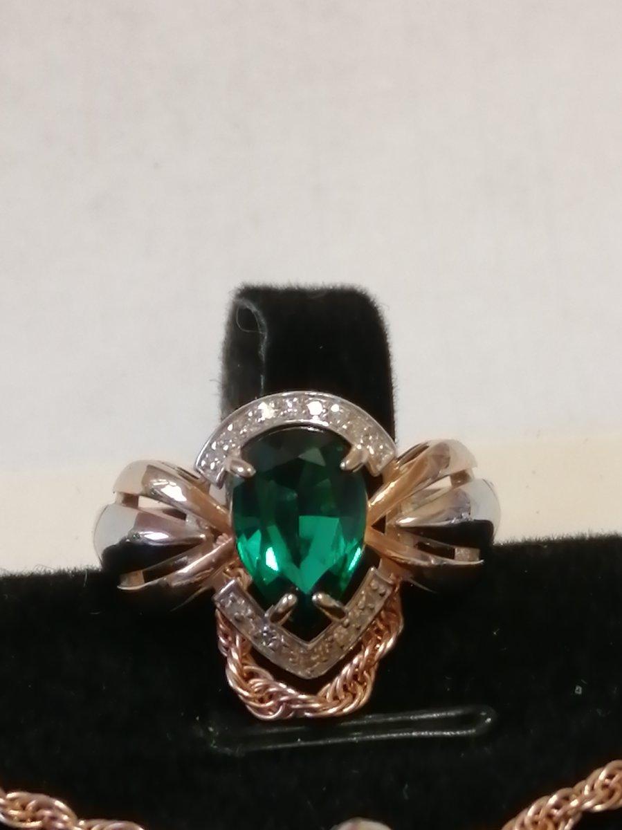 Шикарное кольцо с изумрудами