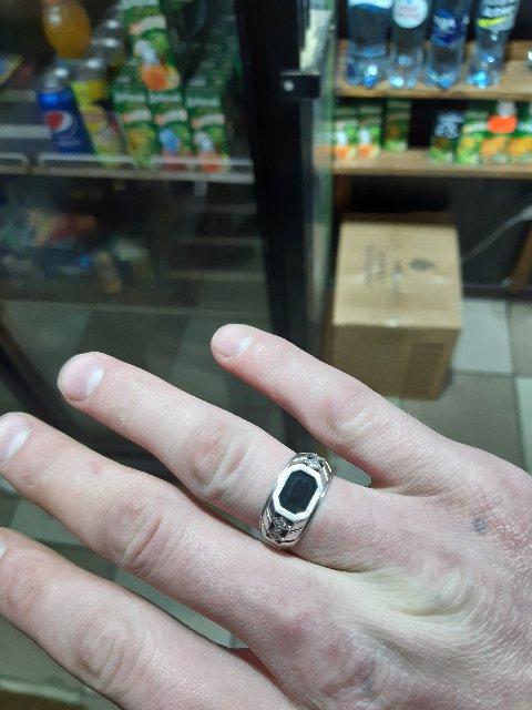 Кольцо шикарно смотрится на пальце