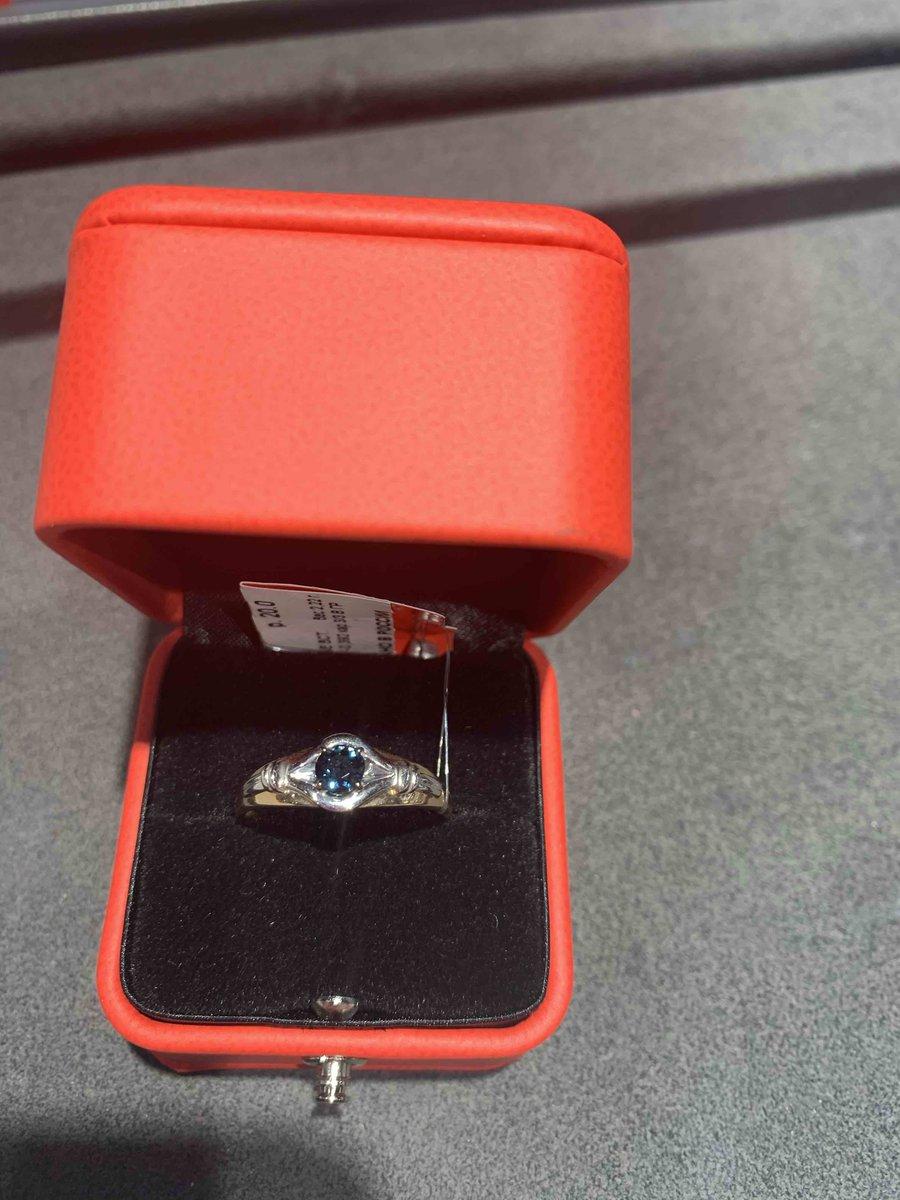 Красиое кольцо , синий камень переливаеться на руке изящьно смотриться