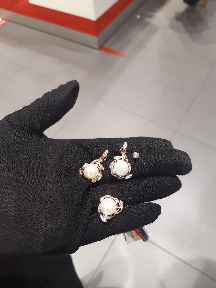 Мне подарил очень красивый кольцо