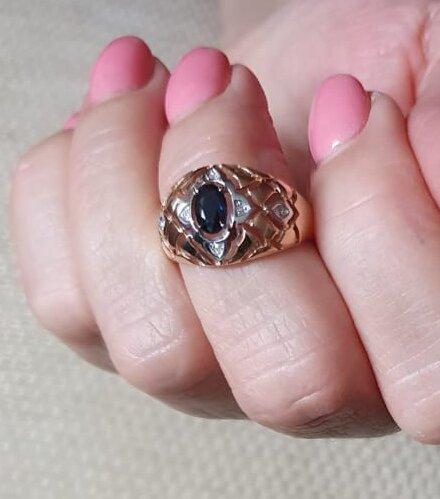 Золотое кольцо с натуральным сапфиром и бриллиантами.