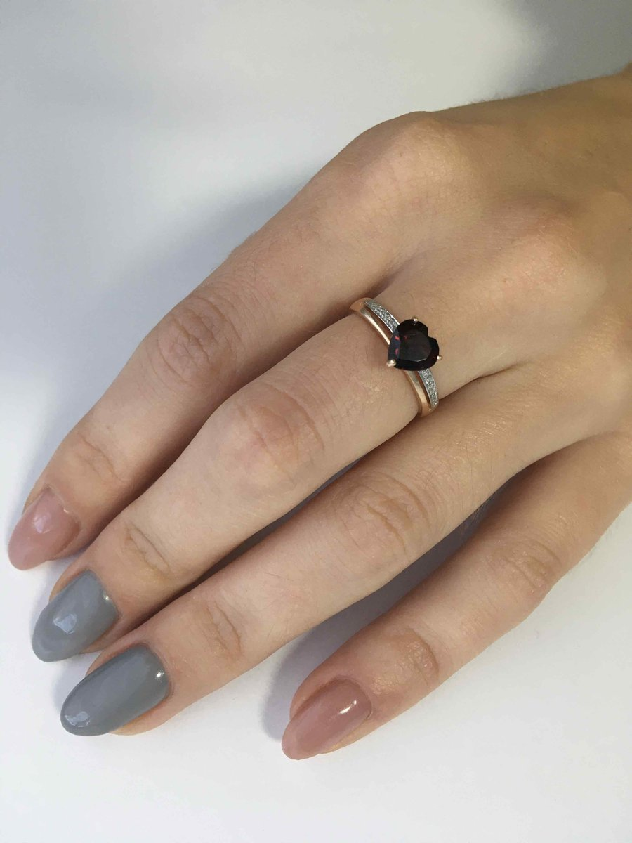 Очень красивое кольцо с гранатом и бриллиатиками💍😍