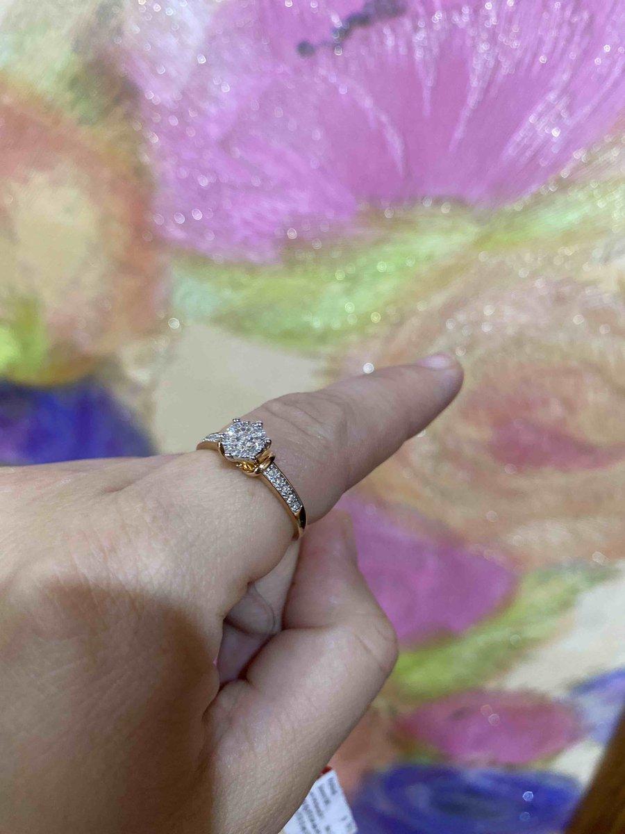 Кольцо с бриллиантами переливается