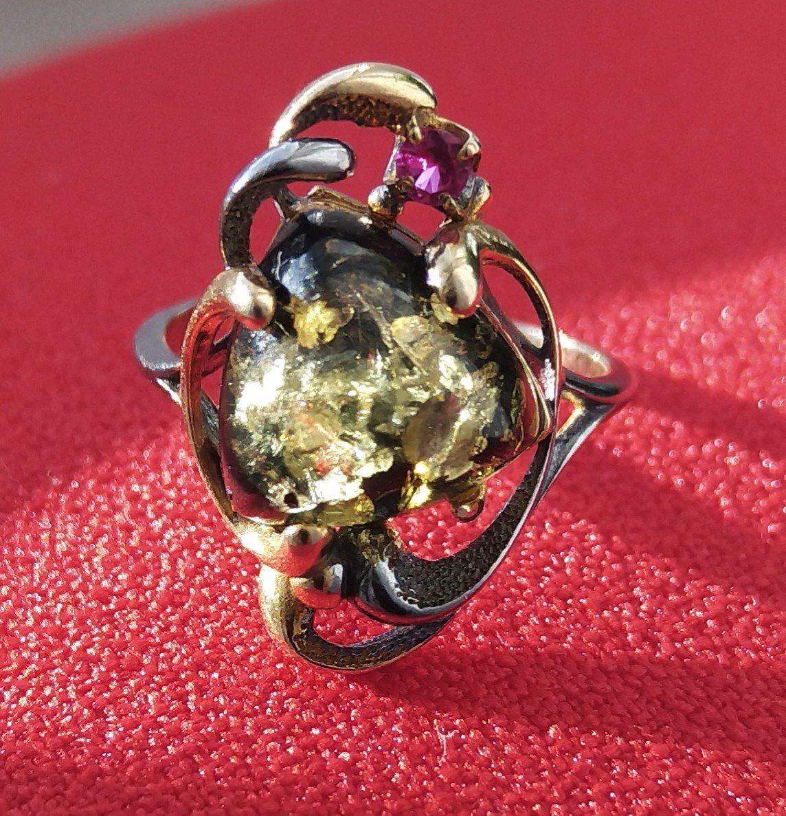 Кольцо с зелёным янтарем.