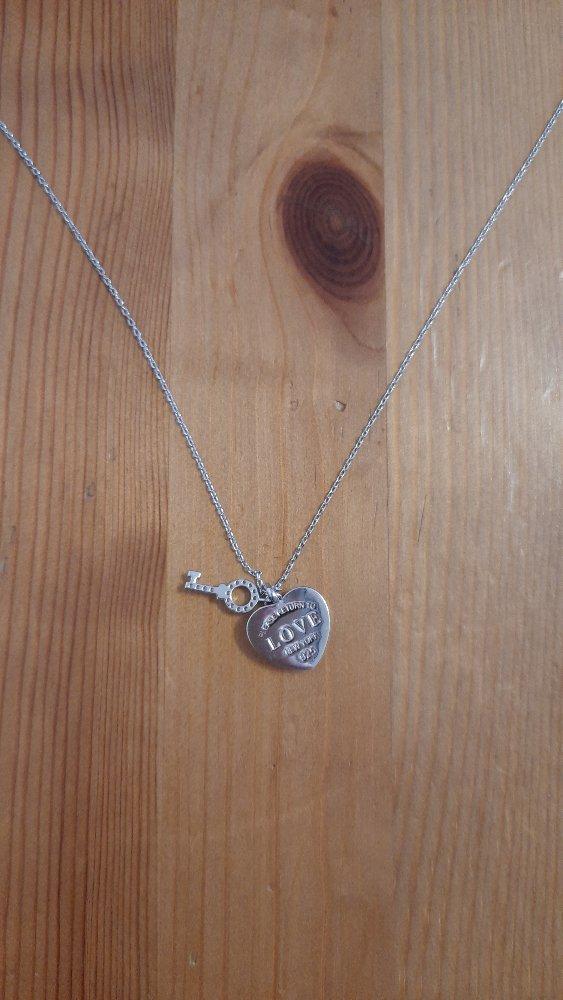 Очаровательное сердечко с ключиком на тонкой цепочке.