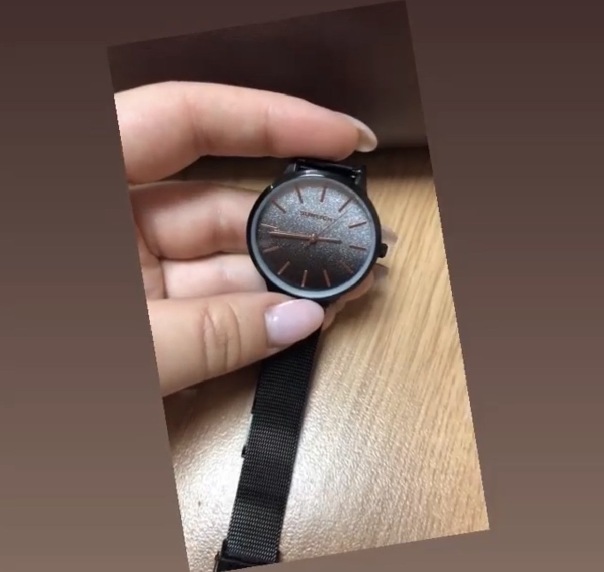 Часы черные с блестящим циферблатом