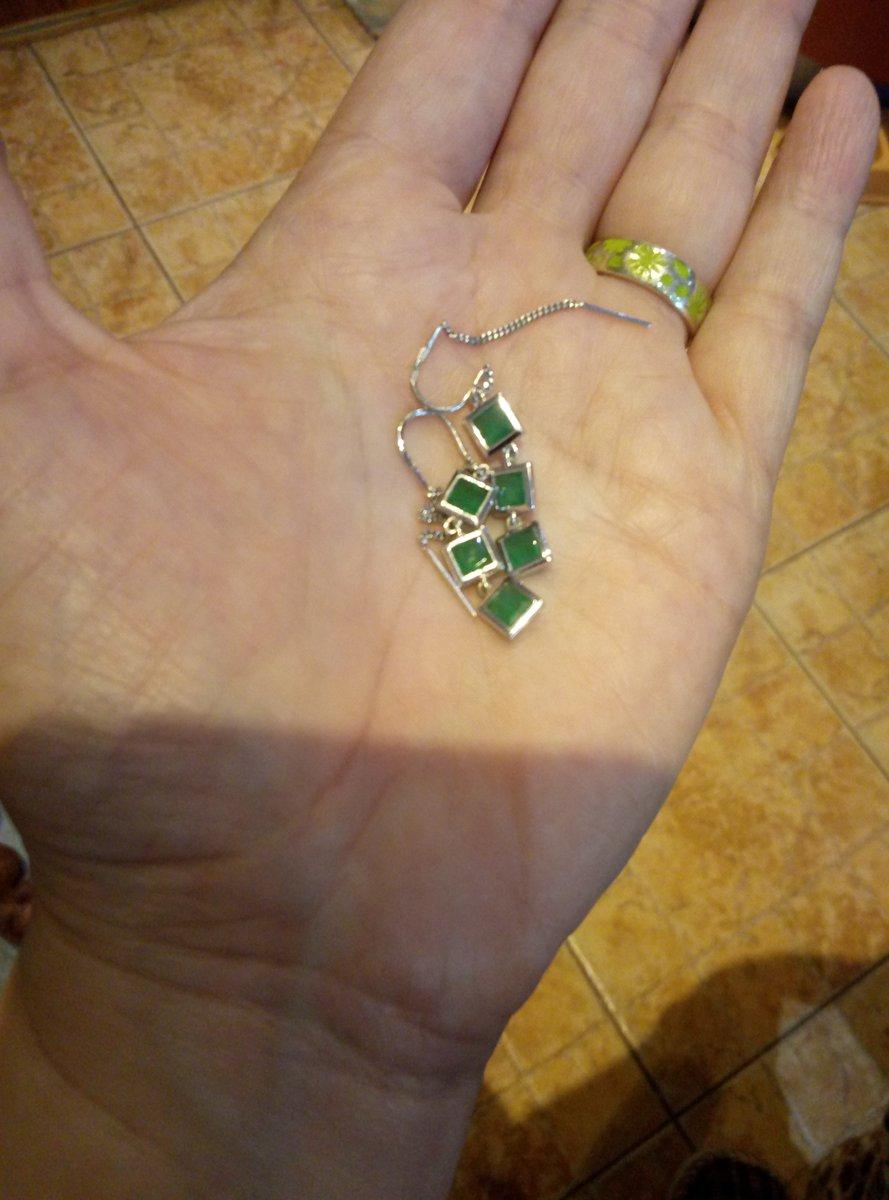 Серьги с зелеными фианитами.